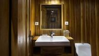 Fasilitas kamar mandi yang cukup premium, lengkap dengan showernya. Rasanya seperti di hotel bintang lima (dok Plataran Private Cruises)
