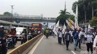 Demo Tolak Omnibus Law di DPR, Massa Buruh Tutup Jalan Gatot Subroto