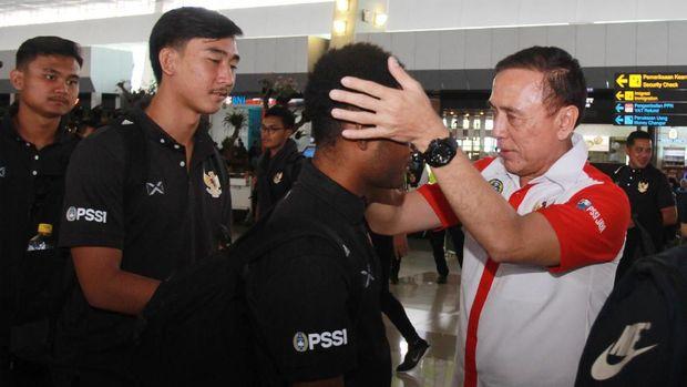 Para pemain Timnas Indonesia U-19 saat dilepas Ketua Umum PSSI, Mochamad Iriawan di Bandara Soekarno Hatta, Senin (20/1).