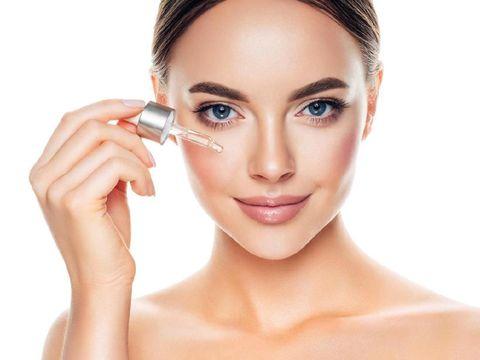 Ilustrasi wanita memakai face oil