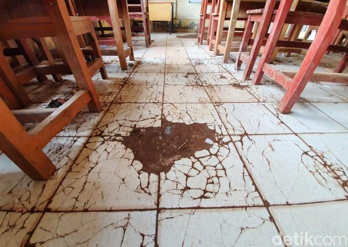 Kondisi gedung SDN Samudrajaya 04, Kabupaten Bekasi, sungguh memprihatinkan, Senin (20/1/2020). Plafon hingga keramik rusak parah.