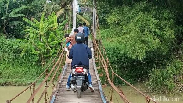Untuk mempermudah akses kunjungan di keraton tersebut, bupati juga berjanji akan segera memperbaiki jembatan gantung yang terletak tak jauh dari lokasi keraton. Keberadaan jembatan menjadi sangat vital karena juga menghubungkan beberapa desa di sekitarnya (Rinto/detikcom)