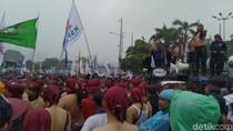 Hujan, Massa Buruh Tolak Omnibus Law Tetap Bertahan di Depan DPR
