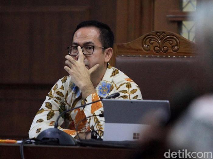 Tubagus Chaeri Wardana alias Wawan menjalani sidang kasus pencucian uang (TPPU) di Pengadilan Tipikor, Jakarta. Begini ekspresinya.