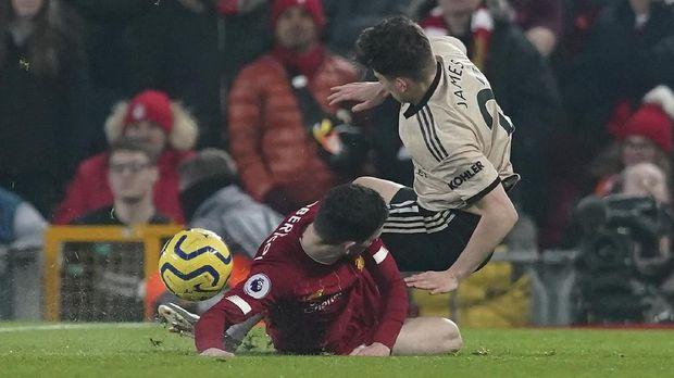 MU kesulitan membongkar pertahanan Liverpool karena umpan-umpan mereka sering salah sasaran di depan kotak penalti lawan.
