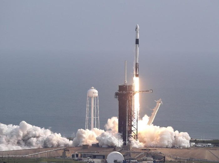 spacex ledakkan roket falcon 9