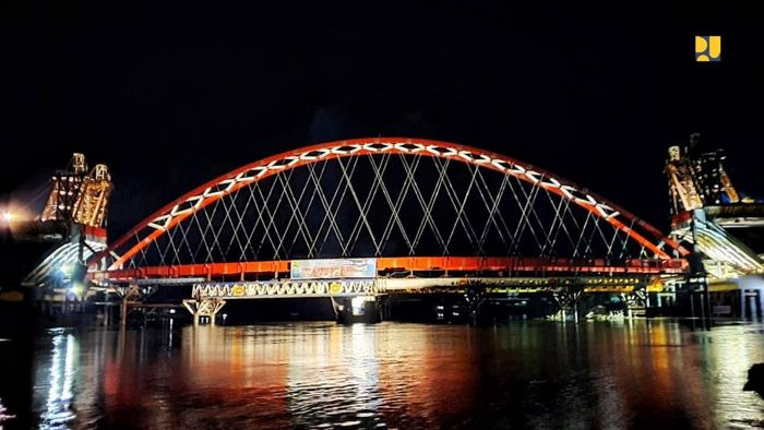 Jembatan Tumbang Samba dibangun sejak tahun 2017 dengan nilai kontrak tahun jamak sebesar Rp 284 miliar. Pekerjaan konstruksi jembatan dilaksanakan oleh PT Wijaya Karya (Persero)Tbk dan juga memproduksi sendiri pelengkung baja jembatan tersebut.Istimewa/Kementerian PUPR.