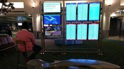 Santuy Banget! Layar Peta Bandara Malah Dipakai Nge-Game PS4