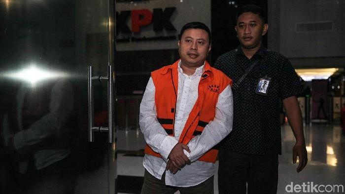 Tersangka kasus suap PAW anggota DPR RI, Saeful Bahri menjalani pemeriksaan di gedung KPK. Usai diperiksa, Saeful tampak tertunduk lesu.