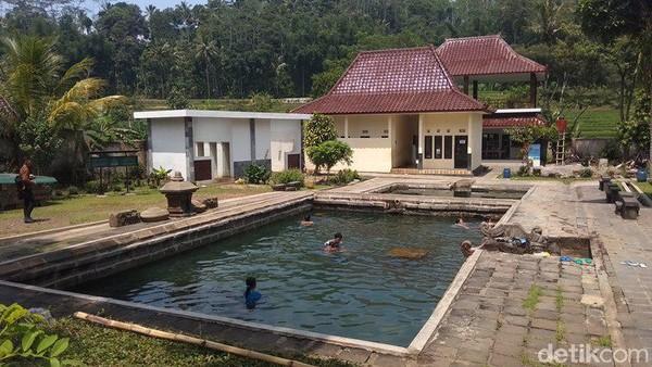 Di kawasan Candi Umbul terdapat dua kolam berukuran besar dan kecil. Dari kedua kolam candi tersebut, kedalamannya pun berbeda (Eko Susanto/detikcom)