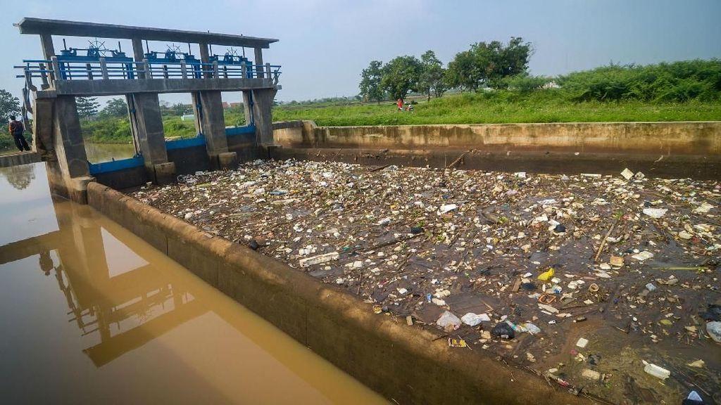 Potret Tumpukan Sampah di Pintu Air Sungai Cikeruh