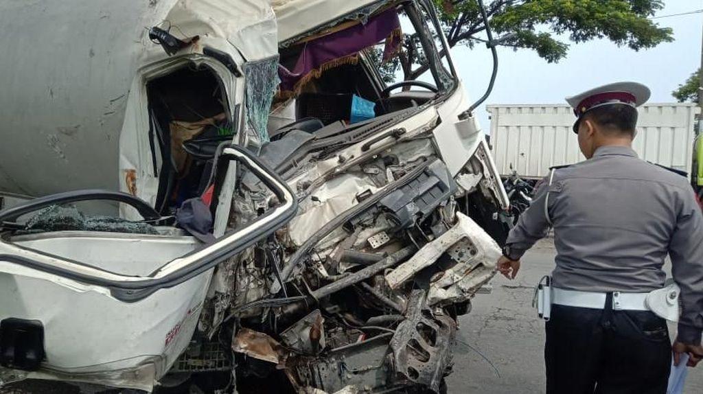 Truk Tabrak Bus di Pantura Cirebon, 7 Orang Terluka
