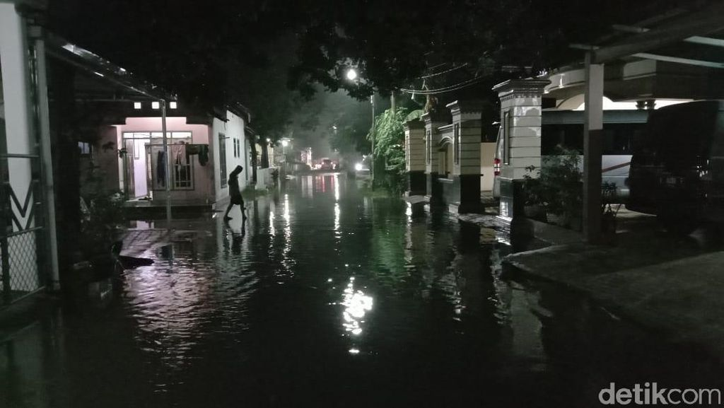 Banjir Genangi Permukiman di Kudus Petang Ini