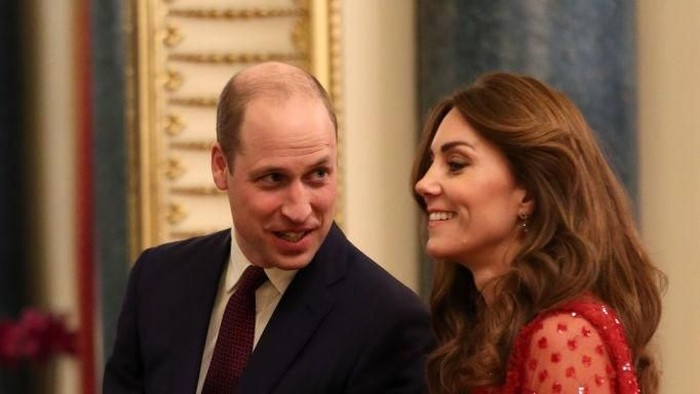 LONDON, ENGLAND - JANUARY 20: Prince William, Duke of Cambridge (C) speaks as UK Prime Minister Boris Johnson (L) and Catherine, Duchess of Cambridge (R) look on during at a reception to mark the UK-Africa Investment Summit at Buckingham Palace on January 20, 2020 in London, England. (Photo by Yui Mok - WPA Pool/Getty Images)