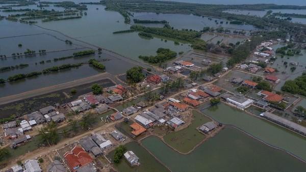 Ancaman abrasi sangat terlihat di Kampung Muara Jaya, Desa Pantai Mekar, Muara gembong, Bekasi. Pemukiman tempat tinggal warga telah terendam oleh abrasi dari air laut di utara Bekasi. ANTARA FOTO/Adeng Bustomi