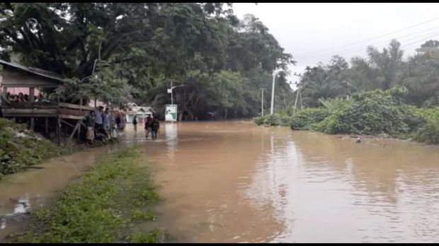 Banjir menggenangi jalan raya dengan ketinggian hingga satu meter.