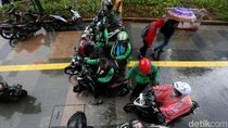 Waduh, Pengendara Motor Jajah Trotoar Demi Terhindar Hujan