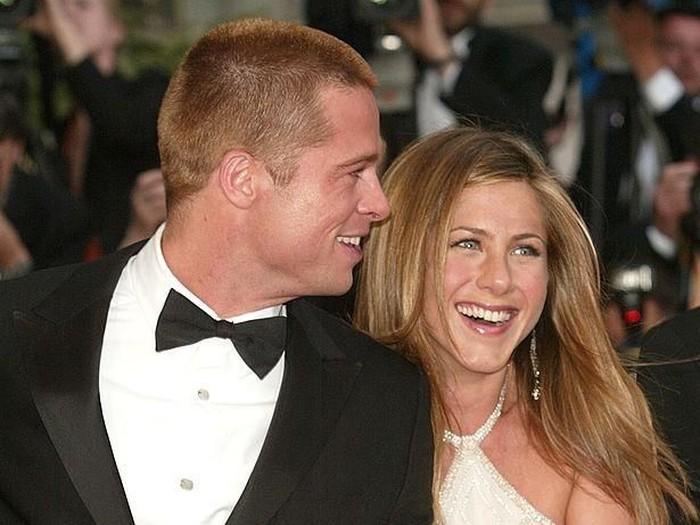 371747 01: Brad Pitt & Jennifer Aniston attending the Los Angeles Premiere of the new movie Erin Brockovich. Westwood, California. March 14,2000. (Photo by: Brenda Chase Online USA Inc./Liaison Agency)