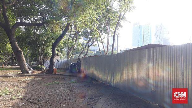 Pagar seng terpasang di sejumlah beberapa area di Monas terkait revitalisasi kawasan.