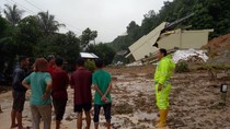 Satu Rumah Pindah ke Tengah Jalan Akibat Banjir-Longsor di Sumbar