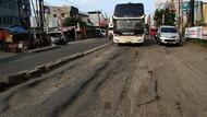 Duh! Jalan Utama di Bekasi Rusak Parah