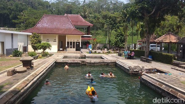Ukuran kolam yang atas (besar) yakni 12 x 8 dengan kedalaman 2 meter, kemudian kolam yang bawah ukuran 7 x 8 meter dan kedalaman 1,5 meter (Eko Susanto/detikcom)