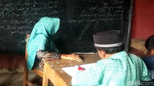 Salut! Nenek 84 Tahun di Sukabumi Ini Masih Aktif Mengajar