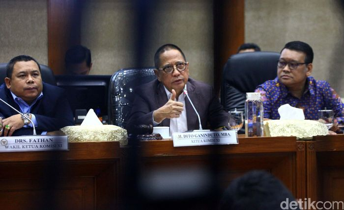 Ketua Komisi XI DPR RI Dito Ganinduto mengancungkan jempol saat jumpa pers pembentukan Panja pengawasan kinerja industri jasa keuangan di Ruang Komisi XI Komplek Parlemen, Senayan, Jakarta, Selasa (21/1/2020).