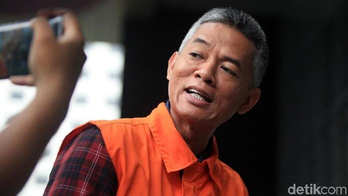 Eks Komisioner KPU Wahyu Setiawan kembali diperiksa KPK. Kali ini ia terlihat mengenakan rompi tahanan KPK dengan tangan diborgol.