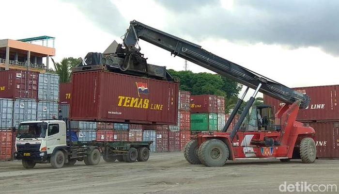 Pelabuhan ini melayani dua fungsi sekaligus, sebagai terminal peti kemas dan penumpang.