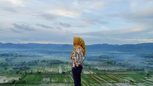 Apalagi dari ketinggian bukit ini, tersaji pemandangan cantik nan hijau dari kota Ponorogo. Instagramable banget! (dok. Istimewa)