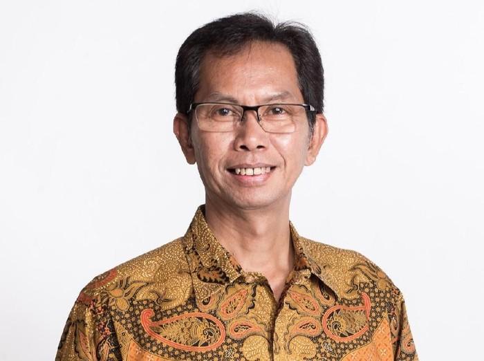 Para lurah di Kota Surabaya hendaknya melakukan pengawasan terhadap pungutan yang dikenakan pada warga melalui peraturan RT dan RW. Seperti yang disampaikan Ketua DPRD Surabaya Adi Sutarwijono.