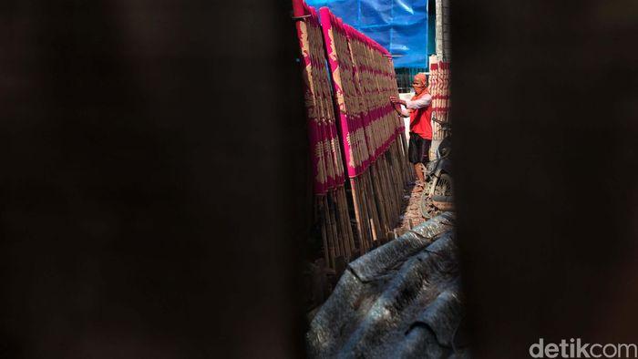Seorang pekerja tengah menyelesaikan pembuatan hio (dupa) di kawasan Teluk Naga, Tangerang, Banten, Rabu (22/1/2020).