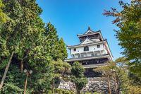 Istana Iwakuni di seberang jembatan.