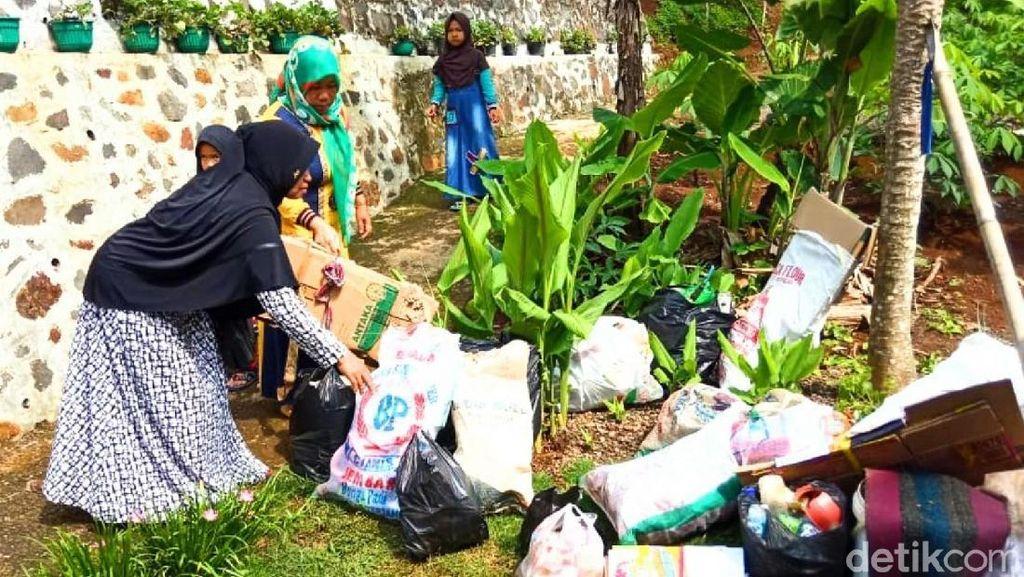Keren, Warga Desa Sukamulya Ciamis Bayar PBB Pakai Sampah