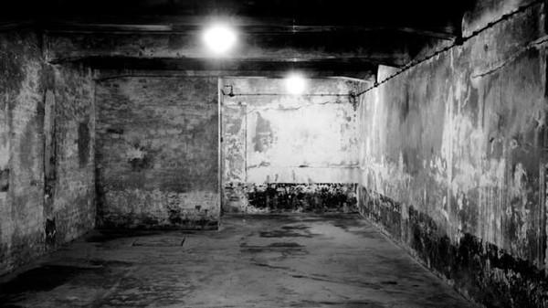 Setiap tahanan yang datang ke kamp Auschwitz akan diperiksa oleh dokter Nazi. Para tahanan yang dianggap tidak mampu bekerja akan langsung disuruh mandi di kamar gas beracun. Mayatnya kemudian dikumpulkan dan dikremasi dalam oven. Foto: AP Photo