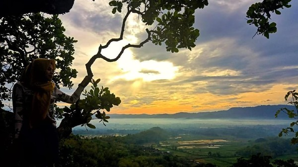 Saat sunset, pemandangan cantik dari Bukit Gede jangan sampai dilewatkan. Para pendaki juga akan disuguhi oleh pemandangan deretan Gunung Lawu yang indah. (dok. Istimewa)