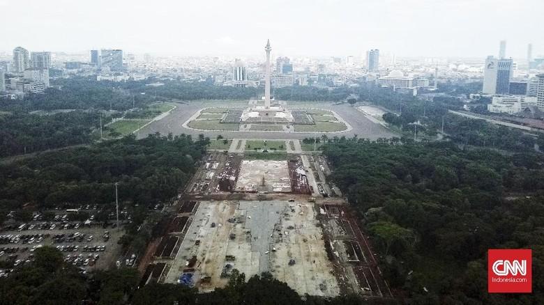Suasana pembangunan proyek revitalisasi Taman Monumen Nasional (Monas). Jakarta, Rabu (22/1/2020). Sejumlah fasilitas publik akan dibangun di Taman Monas, mulai dari lokasi upacara dan parade. CNN Indonesia/Andry Novelino