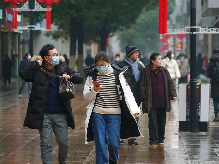 Virus corona jenis baru yang muncul di Wuhan, China membuat warga memburu masker pelindung pernapasan. Masker digunakan untuk antisipasi terjangkit penyakit itu