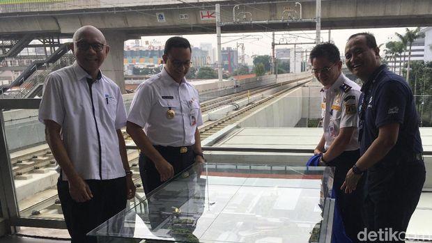 Anies Baswedan melakukan peletakan batu pertama pembangunan jembatan layang integrasi Stasiun MRT ASEAN dan Halte TransJakarta CSW /