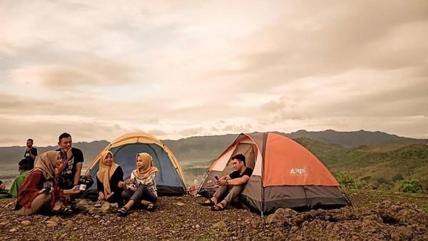 Kamu yang ngaku pecinta alam, mesti liburan ke Ponorogo. Di sana ada Bukit Gede yang bisa dipakai buat kemping asyik bareng teman-teman. (dok. Istimewa)