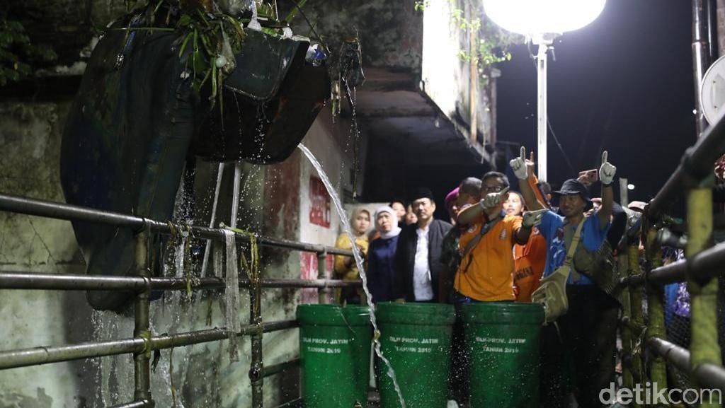 Bersih-bersih Kali Buntung Tengah Malam, Khofifah Temukan Kasur, Sofa hingga TV