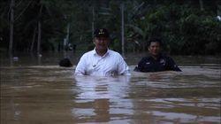 Saat Bupati Dharmasraya Sumbar Tembus Banjir Setinggi Dada