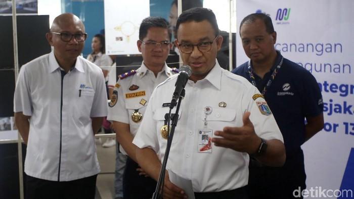 Anies Baswedan meresmikan pembangunan sky bridge Stasiun MRT ASEAN. Jembatan layang itu akan hubungkan Stasiun MRT ASEAN dengan Halte TransJakarta CSW.