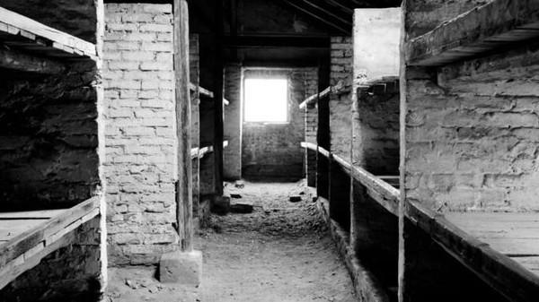 Memasuki tahun 1944, ketika Nazi nyaris kalah dari Sekutu, komandan Auschwitz mulai menghancurkan barang bukti penyiksaan di kamp tersebut. Mereka merobohkan, meledakkan, dan membakar bangunan. Tak lupa, segala catatan juga dihancurkan. Foto: AP Photo