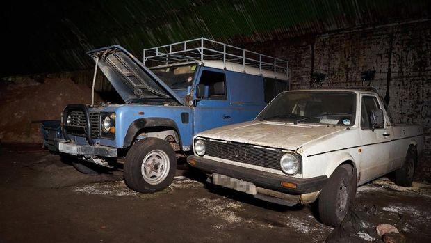 Hii.. Puluhan Mobil Jadi Bangkai di Bekas Terowongan Kereta Api