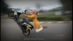 Duh, Ukhti Naik Beat Racing Sambil Wheelie Akhirnya Terjungkal