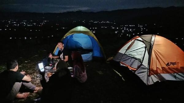Banyak anak-anak muda yang menjadikan Bukit Gede sebagai lokasi kemping. Mereka mulai pendakian malam hari, lalu berkemah, sambil menikmati pemandangan kota Ponorogo saat malam dari atas bukit. (dok. Istimewa)
