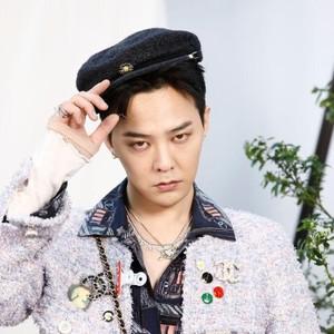 Pakai Baju Wanita ke Fashion Show, Gaya G-Dragon Jadi Pusat Perhatian