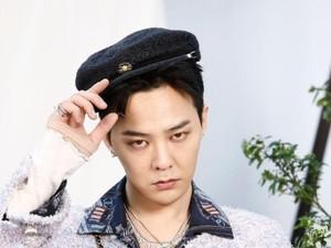 Kembali Tampil Unik, G-Dragon Pakai Dasi dari Tali Sepatu